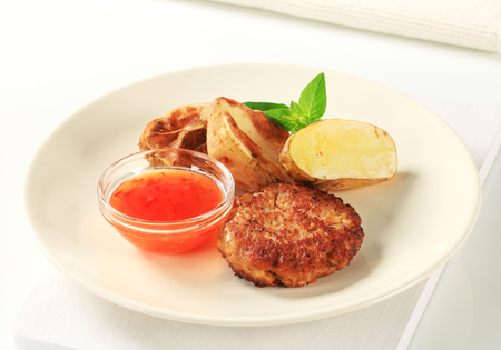 papas doradas: Patty de verduras con patatas asadas y salsa picante Foto de archivo