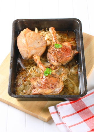 caraway: Roast duck legs with caraway and onion in a baking pan