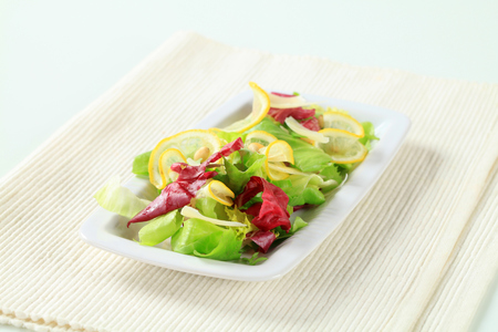salade verte: Green salad with slices of lemon, Parmesan shavings and pine nuts