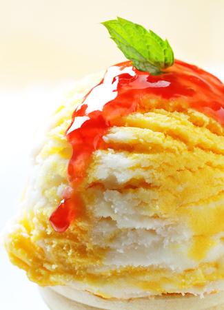 アイスクリームのスクープがラズベリー ソースを添えてください。