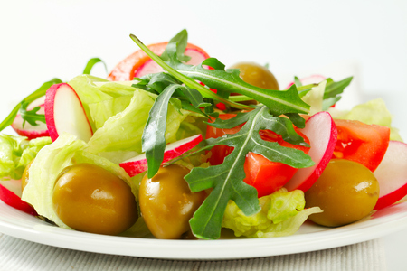 roquette: Fresh vegetable salad with green olives