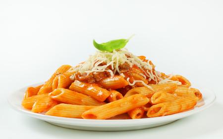 Penne pasta met tomatensaus op basis van vlees en kaas