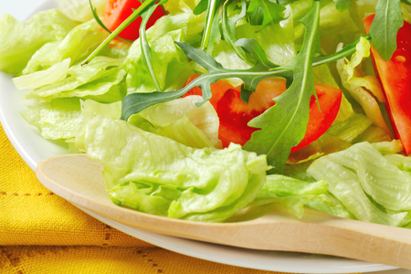 roquette: Ice lettuce leaves with tomato wedges and arugula