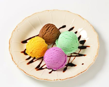 chocolate syrup: Bolas de helado con jarabe de chocolate adornados Foto de archivo