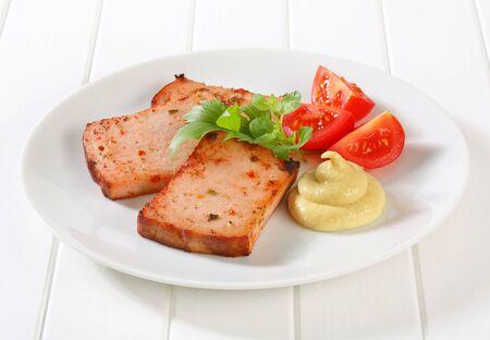 pastel de carne: Rebanadas de pan frito de pastel de carne con mostaza Foto de archivo