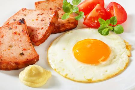 pastel de carne: Pan frito pastel de carne con soleado hacia arriba huevo frito y mostaza