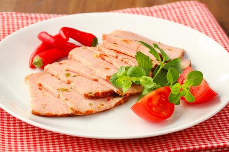 pastel de carne: Pastel de carne en rodajas finas estilo alem�n