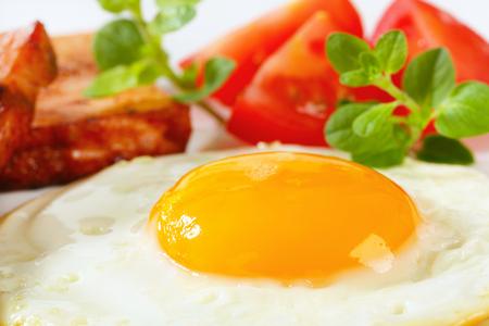 pastel de carne: Pan frito pastel de carne con huevo Sunny Side Up frito