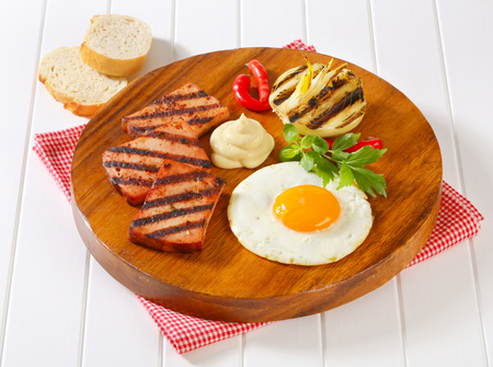 pastel de carne: Pastel de carne a la parrilla con el lado soleado hasta huevo frito y mostaza Foto de archivo