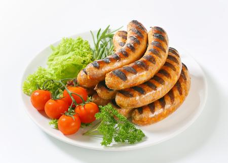 comida chatarra: Pila de salchichas alemanas a la parrilla