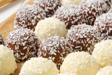 boule de neige: Truffes au chocolat de boules de neige roul�s dans la noix de coco Banque d'images