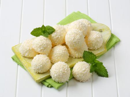 boule de neige: Truffes blanches de boules de neige de chocolat roulés dans la noix de coco