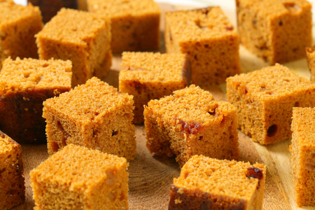 gingerbread cake: Gingerbread cake cut into bite-sized squares