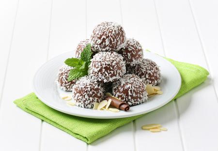 boule de neige: Sans cuisson de boules de neige de chocolat roulés dans la noix de coco