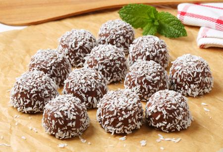 boule de neige: Sans cuisson de boules de neige de chocolat roul�s dans la noix de coco