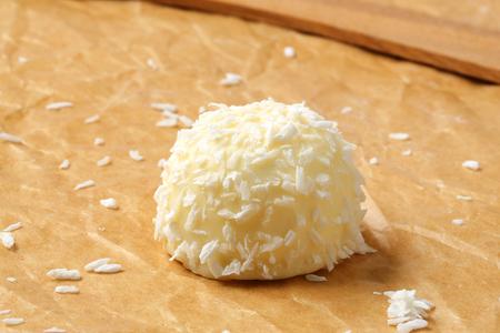boule de neige: Blanc guimauve au chocolat recouvert de noix de coco boule de neige Banque d'images