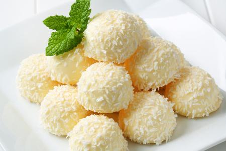 boule de neige: Pile de truffes de noix de coco de boules de neige sur plaque carr�e Banque d'images