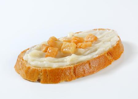 chicharrones: Rebanada de pan untado con manteca y chicharrones