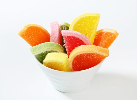 gelatina: Dulces de gelatina con sabor a frutas recubiertas con azúcar Foto de archivo