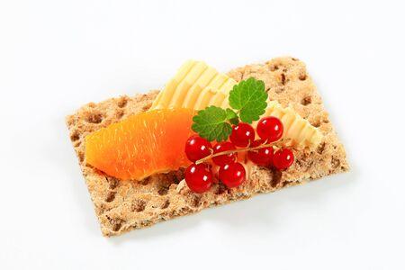 crispbread: Grano intero biscottate con burro e frutta