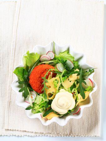 gronostaj: Zielona sałata z serem i smażone plasterki panierowany ser szwajcarski i majonezem