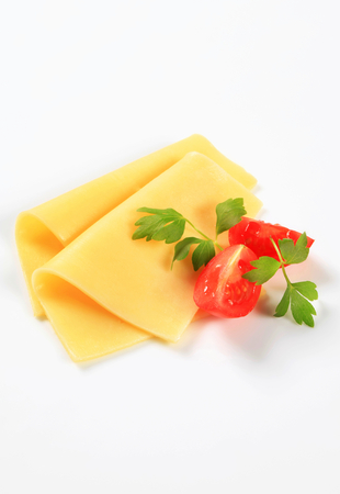 Rebanadas finas de queso amarillo y tomate cuñas rodajas finas de queso amarillo y cuñas de tomate