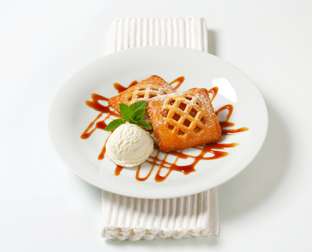 drizzle: Little apricot pies with ice cream and drizzle sauce