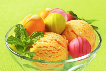 bonbons: Fruit-flavored ice cream and white chocolate bonbons in a coupe Stock Photo