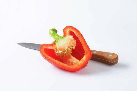 cuchillo de cocina: La mitad de un pimiento rojo y el cuchillo de cocina