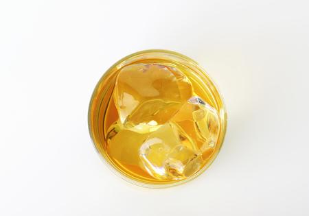 coctel de frutas: Bebida helada en un vaso de whisky Foto de archivo