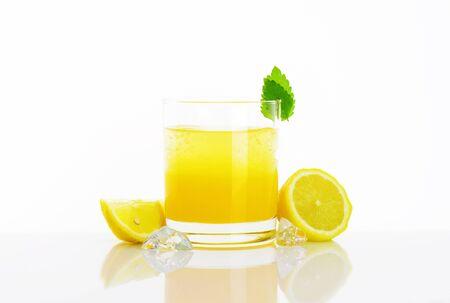 jus de citron: Verre de boisson fra�che de jus de citron avec de la glace