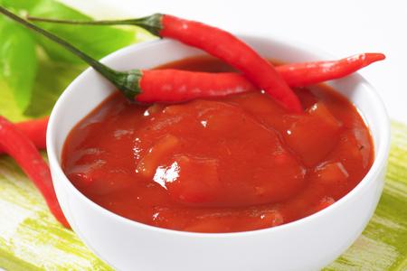 chiles picantes: Salsa de tomate con chiles, el ajo y la cebolla