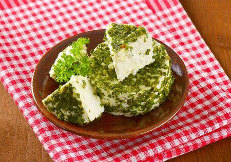 cebollin: queso fresco cubierto de cebolletas y ajo