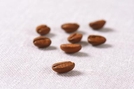 frijoles: los granos de caf� tostado en servilleta de lino
