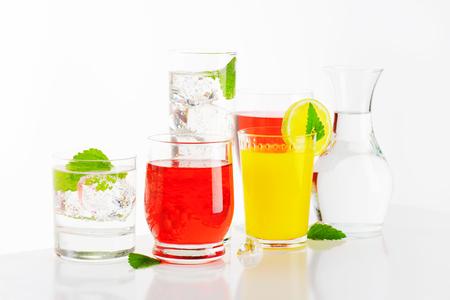 vasos de agua: Vasos de agua y jugos de frutas con menta y hielo