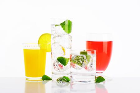 ミントと氷と水とフルーツ ジュースのグラス