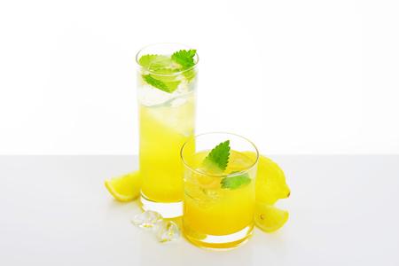 jus de citron: Glasses of fresh lemon juice drink with ice Banque d'images