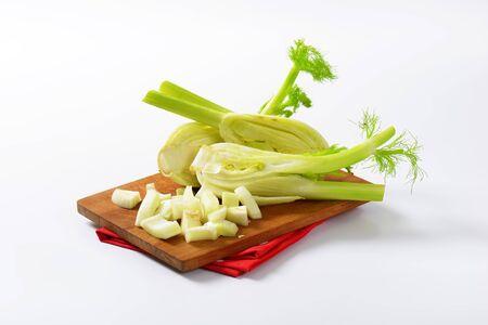 finocchio: finocchi freschi sul tagliere di legno