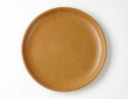 ceramiki: Pusty talerz brązowy na białym tle