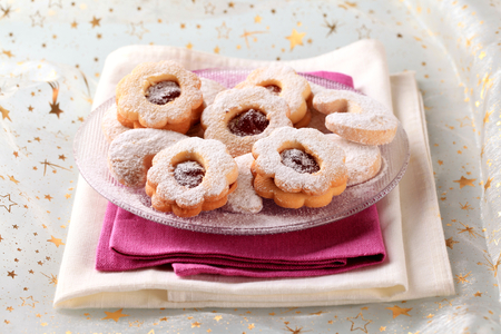 sucre glace: Jam cookies and vanilla crescents powdered with icing sugar