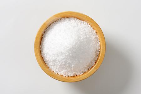 Hrubá zrnitá sůl v dřevěné misce Reklamní fotografie - 44639885