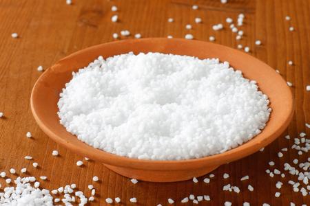 sel: Coarse grained salt in terracotta bowl