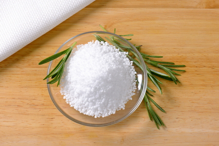 sel: Heap of edible salt on small glass plate Stock Photo