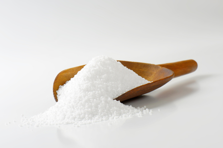 sel: Coarse grained salt on a wooden scoop