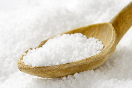 sal: Detalle de la sal de grano grueso y cuchara de madera