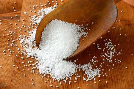 sal: Grano grueso sal en una cuchara de madera