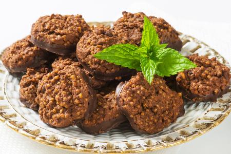 chocolate cookies: No bake chocolate cookies with quinoa crispies Stock Photo