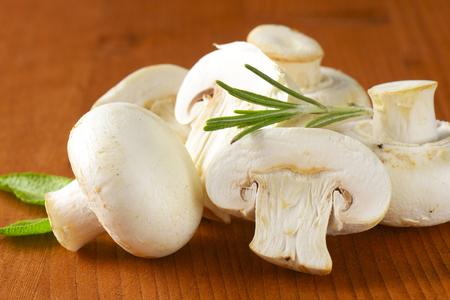 button mushrooms: Fresh button mushrooms and culinary herbs