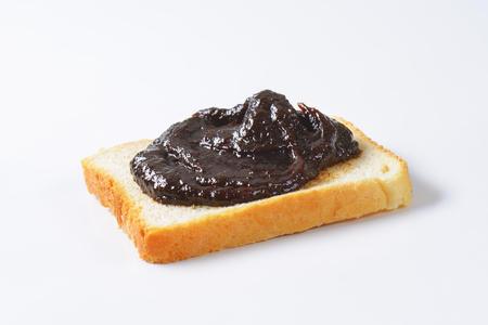 pain blanc: Tranche de pain blanc confiture de prunes