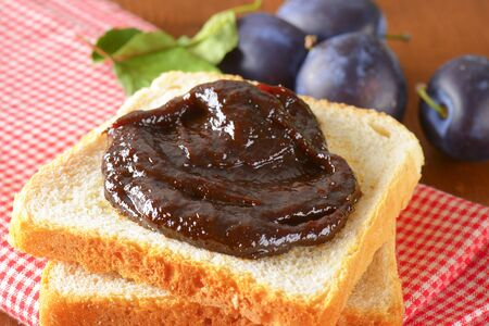 pain blanc: Slices of white bread with plum jam